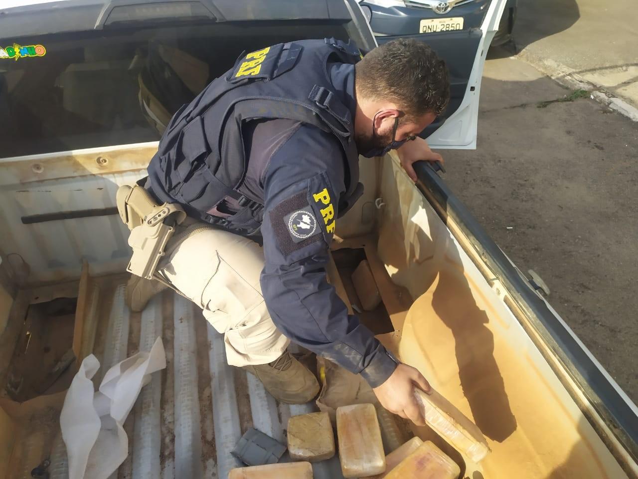 Polícia encontra pasta base de cocaína em fundo falso em carroceira de caminhonete