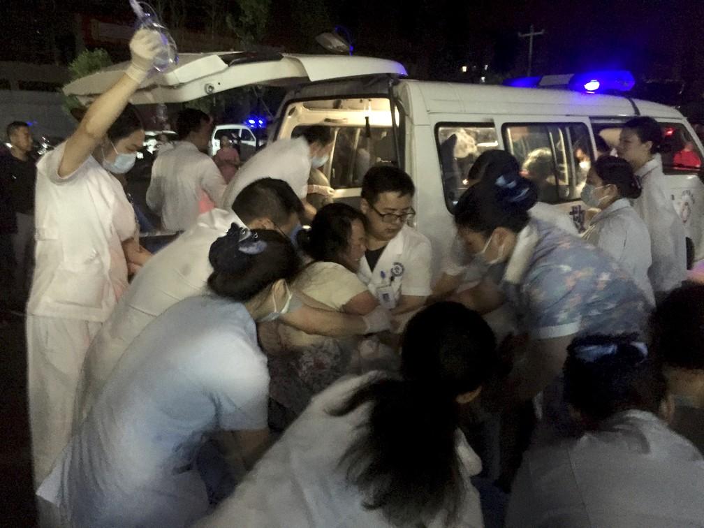Equipe médica socorre ferido após terremotos em Sichuan, no sudoeste da China — Foto: Wan Min/Xinhua via AP