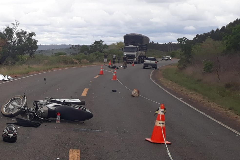 Vítima fatal tentou ultrapassar veículo e chocou com outra moto, que vinha em sentido contrário — Foto: Polícia Militar/Divulgação