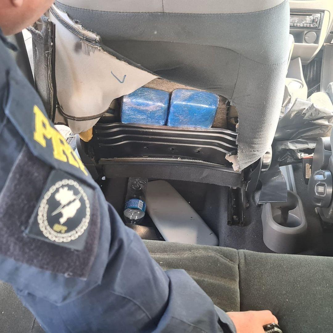 VÍDEO: após perseguição na BR-365, PRF apreende quase 7kg de crack escondidos em carro em Romaria