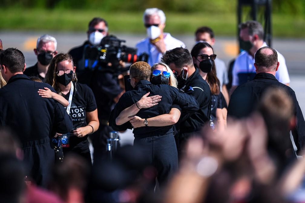 Piloto do voo Inspiration4 Sian Proctor (CL) abraça uma pessoa durante o envio da tripulação do Inspiration4 ao Centro Espacial Kennedy da NASA na Flórida — Foto: CHANDAN KHANNA / AFP