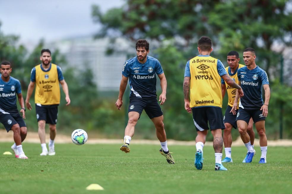 Lucas Silva, em treino do Grêmio no Rio — Foto: Lucas Uebel/DVG/Grêmio