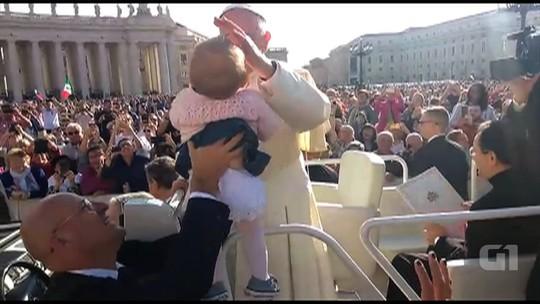 Papa Francisco beija e abençoa bebê de Goiás em meio a 20 mil pessoas no Vaticano; vídeo
