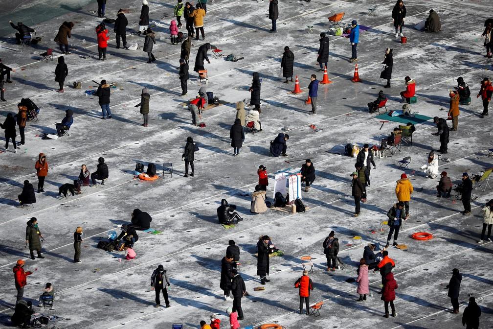 6 de janeiro - Pessoas pescam trutas em um rio congelado durante o 'Festival do Gelo' em Hwacheon, na Coréia do Sul (Foto: Kim Hong-Ji/Reuters)