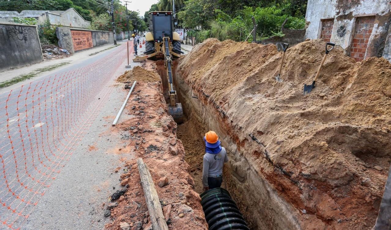 Obras de drenagem interditam cruzamento e alteram o itinerário de 4 linhas de ônibus em Fortaleza