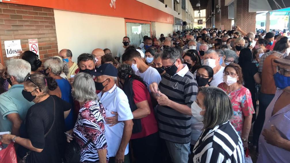 Vacinação contra Covid-19 em Natal tem aglomeração no Via Direta — Foto: Carlos Dhaniel/Inter TV Cabugi