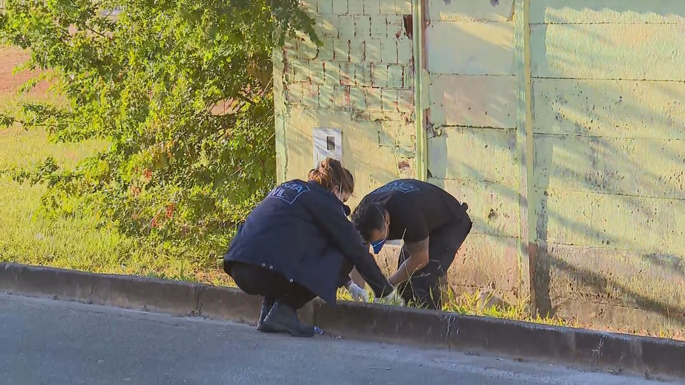 Peritos procuram vestígios de crime que resultou em PM baleado na cabeça, no DF — Foto: TV Globo/Reprodução