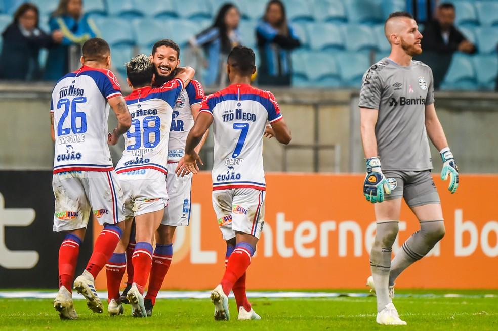 Jogadores do Bahia comemoram gol às costas de Paulo Victor — Foto: Vinícius Costa/BP Filmes