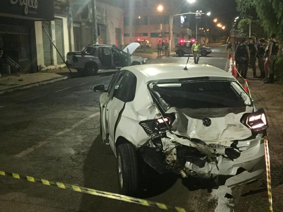 Carro atingido pela caminhonete — Foto: Polícia Militar/Divulgação