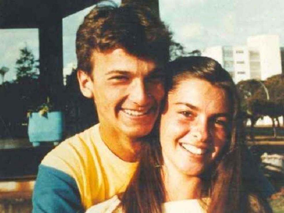 Marcelo Bauer e a então namorada Thais Muniz Mendonça, que foi encontrada morta com facadas pelo corpo e sinal de asfixiamento por produto tóxico em matagal em Brasília; ex foi condenado pelo crime (Foto: Reprodução)