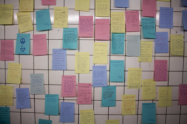 Recados para as vítimas dos ataques em Charlotsville, nos EUA (Foto: Divulgação/Subway Therapy)