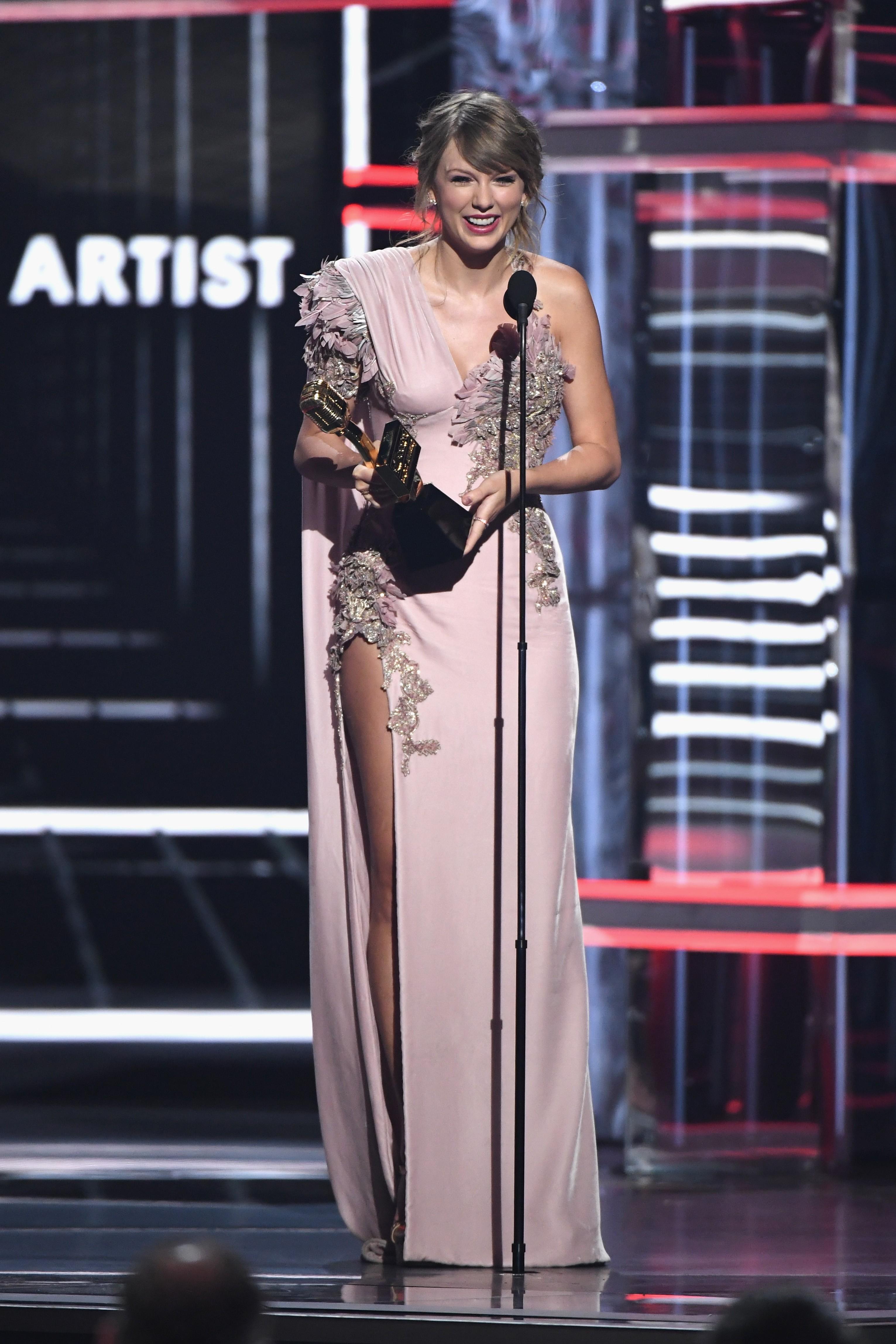 Taylor ganhando o prêmio (Foto: Getty Images)