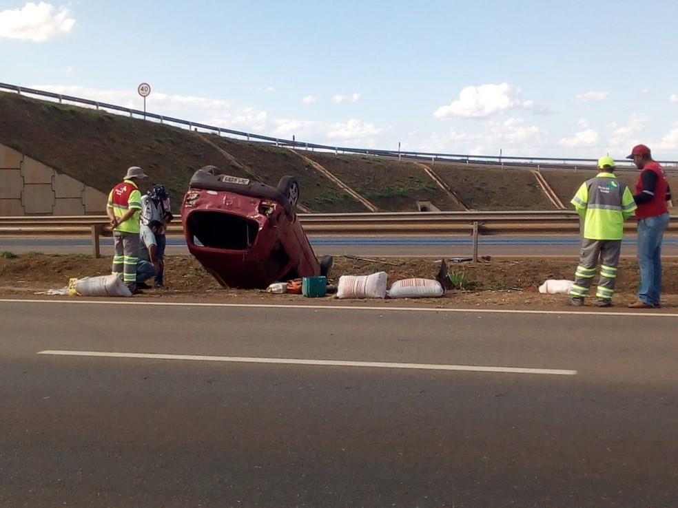 Carro capotou e parou em canteiro central de rodovia (Foto: Emerson Sanchez/ TVCA)