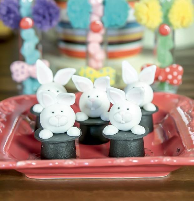 Doce — Os bombons modelados com pasta americana, que imitavam o coelho saindo da cartola do mágico, deram um toque delicado à mesa. (Foto: Thaís Galardi)