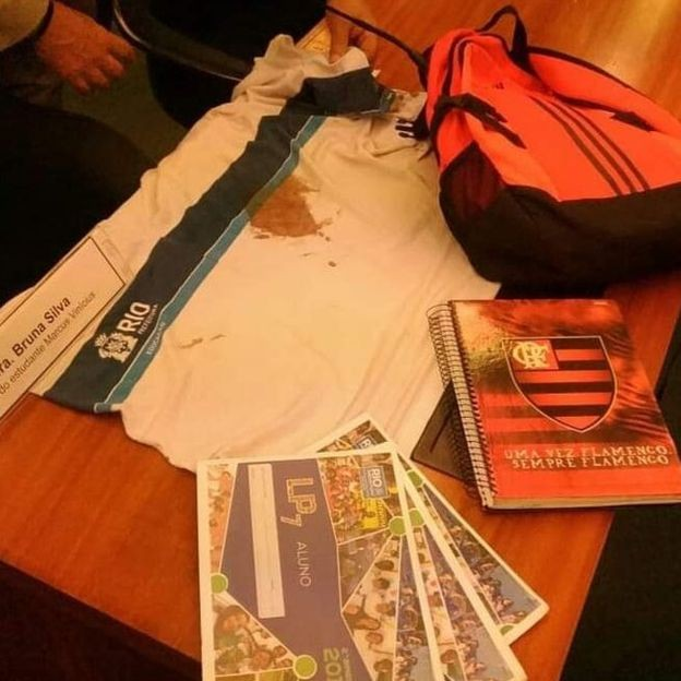 A camisa, mochila e o caderno que Marcos Vinícius levava naquela manhã (Foto: Arquivo pessoal via BBC News Brasil)