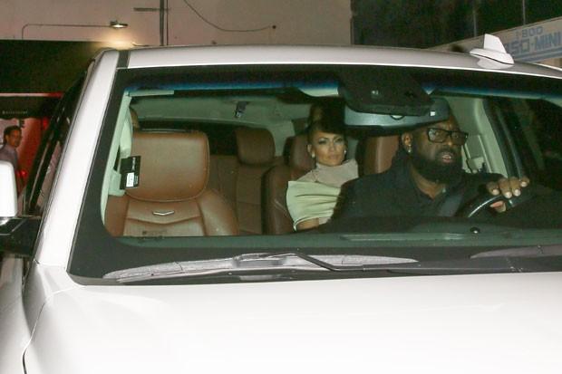 Jennifer Lopez e o namorado com o segurança (Foto: Backgrid)