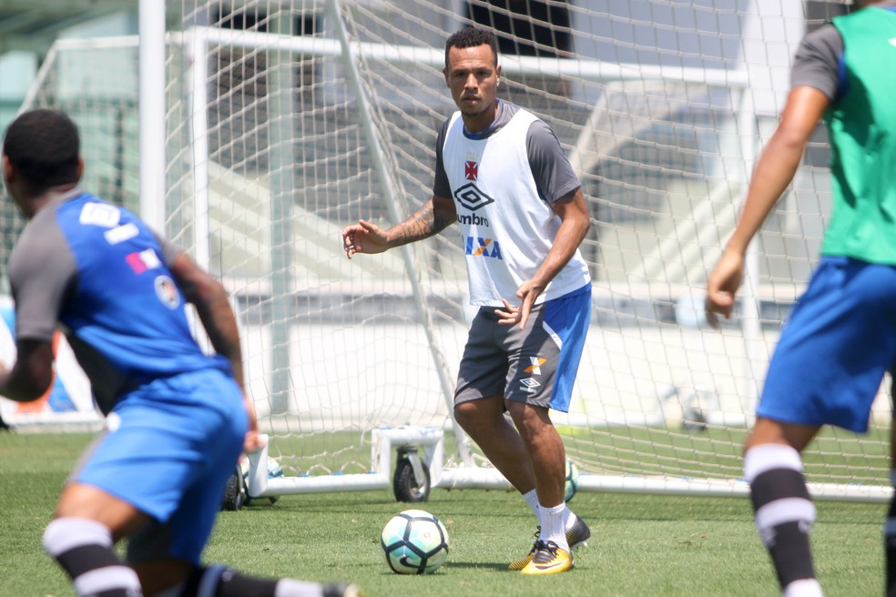 Luis Fabiano treina com o grupo; envolvimento progressivo às atividades com o elenco (Foto: Paulo Fernandes / Vasco)