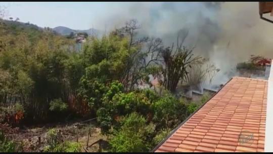 Fogo atinge rampa de voo livre em Poços de Caldas, MG
