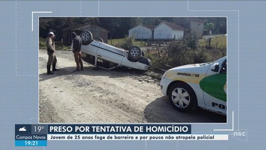 Motorista é preso após tentar atropelar policial e capotar em rodovia de SC