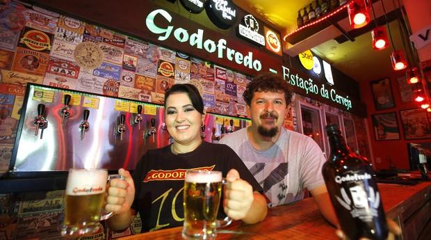 Denivea, que faz trabalho intermitente em bar, ao lado do seu patrão, Aylton Tristão (Foto: Estadão Conteúdo)