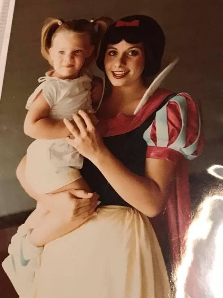 Amber criança ao lado de Branca de Neve (Foto: Reprodução Facebook)