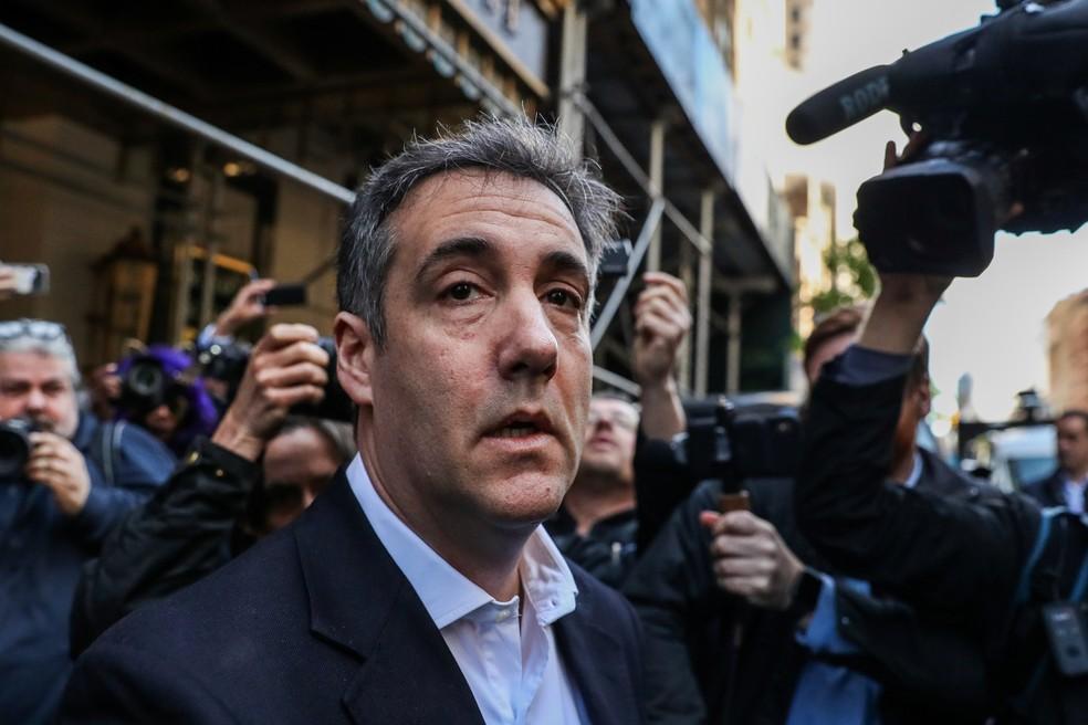 Michael Cohen na saída de seu apartamento em Nova York, antes de se entregar à Justiça — Foto: Jeenah Moon/Reuters