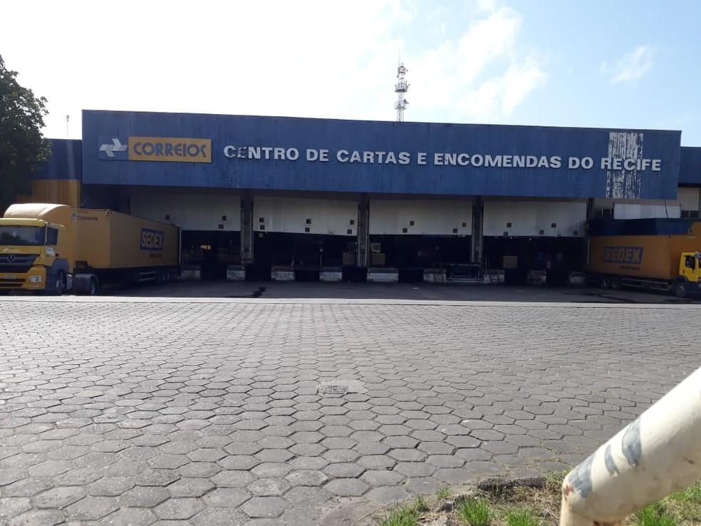 Centro de Cartas e Encomendas do Recife teve funcionamento afetado nesta quarta-feira (11) — Foto: Renato Ramos/TV Globo