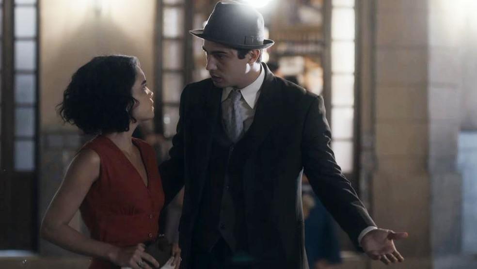 Inês (Carol Macedo) e Carlos (Danilo Mesquita) brigam por causa de Alfredo (Nicolas Prattes)  — Foto: Globo
