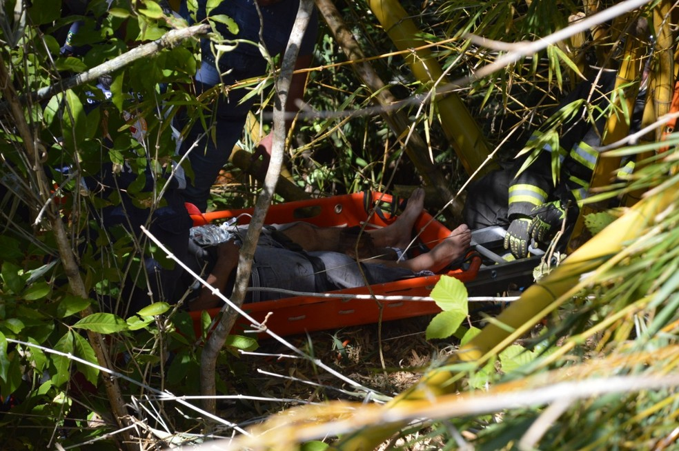 Motorista de 43 anos foi resgatado pelos bombeiros após quase 12h (paraguaçu paulista e borá)  — Foto: TV TEM/ Reprodução
