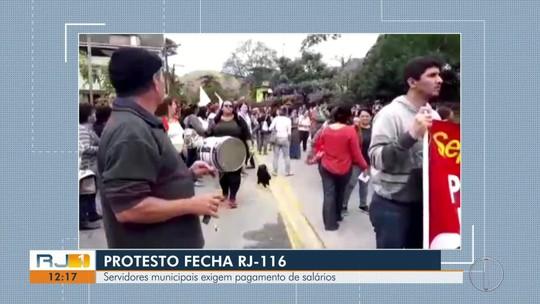 Servidores municipais fecham RJ-116 em protesto em Cachoeiras de Macacu