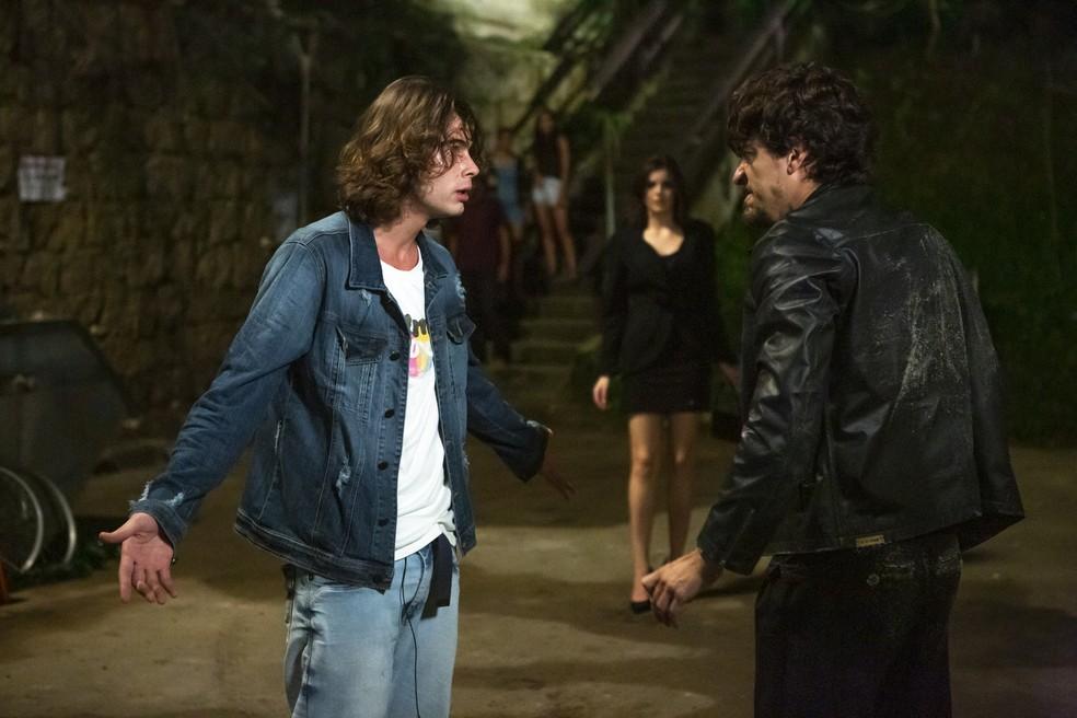 João (Rafael Vitti) confronta Jerônimo (Jesuíta Barbosa) e tenta impedi-lo de fugir na novela 'Verão 90' — Foto: Isabella Pinheiro/Gshow