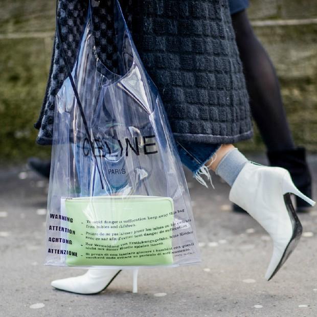 Três razões pelas quais a bolsa de plástico da Céline é digna de fila de espera no Brasil  (Foto: Reprodução)