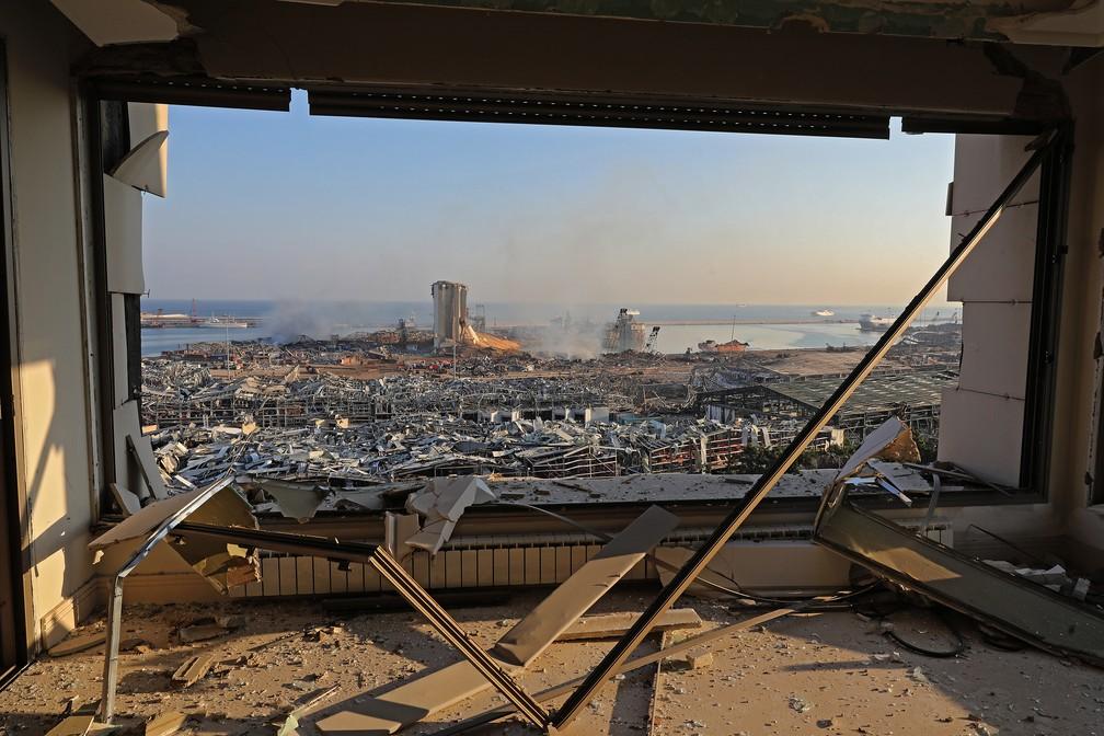5 de agosto - Vista da zona portuária de Beirute mostra consequências da explosão de ontem — Foto: Anwar Amro/AFP