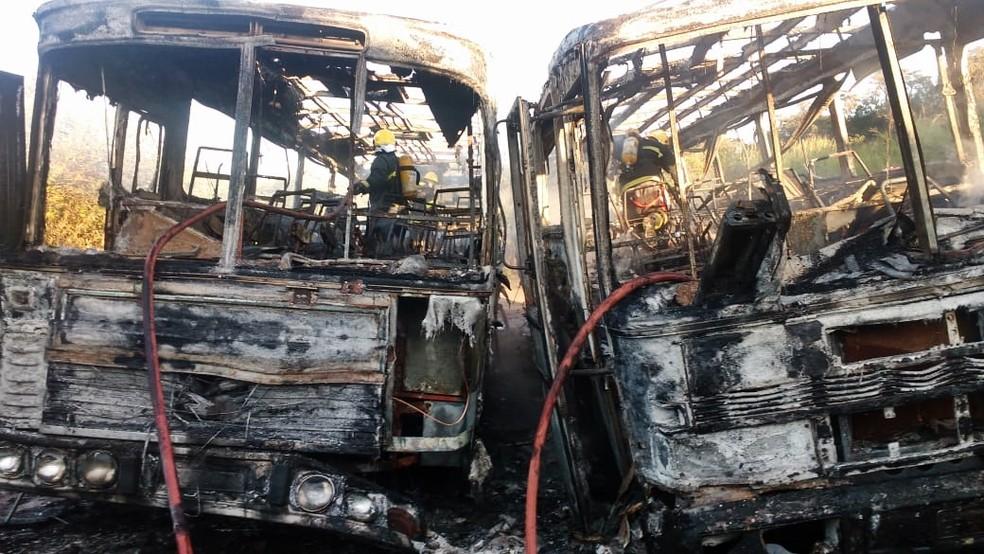 ônibus ficaram destruídos em ataques nesta terça-feira (26) em Elói Mendes (MG) (Foto: Corpo de Bombeiros)