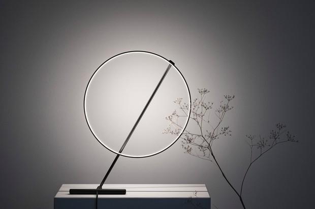 Luminária minimalista gira 320 º para ser ajustada de inúmeras maneiras (Foto: Divulgação)