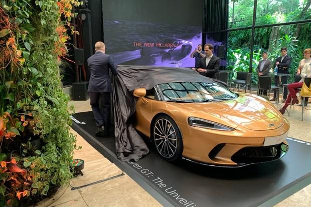 Executivos da empresa revelam o McLaren GT (Foto: Thiago Tanji)