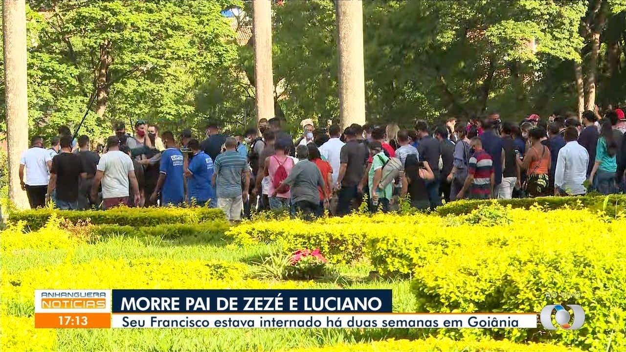 Familiares e fãs se despedem de Seu Francisco em cortejo, em Goiânia