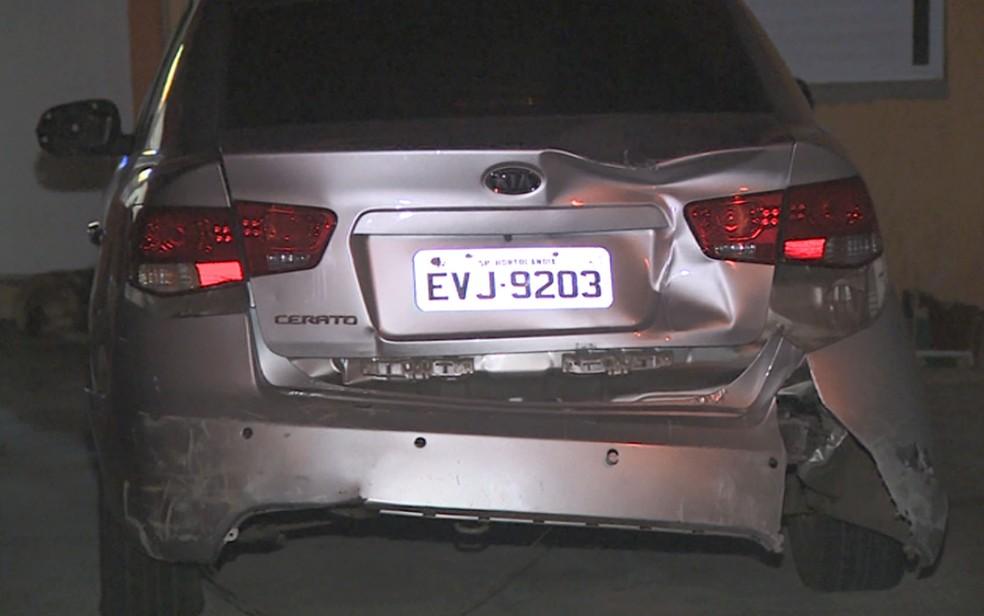 Carro desgovernado saiu de ré da garagem e atropelou a mulher na calçada em Hortolândia; menino de 8 anos estava na direção com o pai. — Foto: Reprodução/EPTV