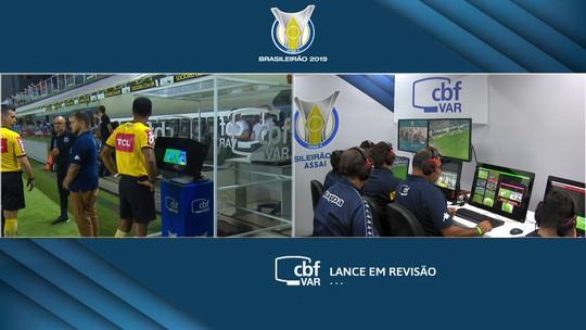 Árbitro marca pênalti para o Santos após dar escanteio para Atlético-MG; Sálvio aprova