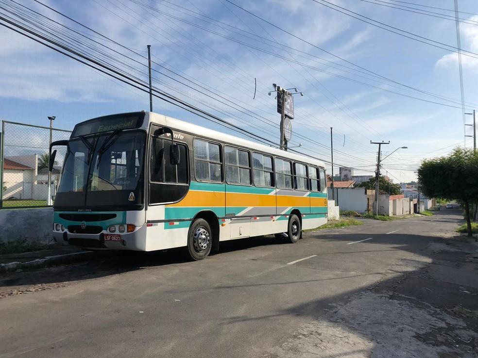 O ônibus foi abordado na zona rural de Meruoca, na região norte do Ceará — Foto: Matheus Ferreira/SVM
