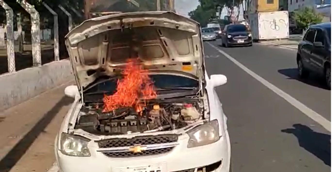 Vídeo: carro pega fogo e motorista sai ileso na Zona Sudeste de Teresina