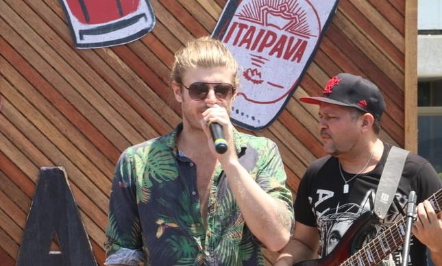 O cantor Tom Rezende é atração da sexta-feira