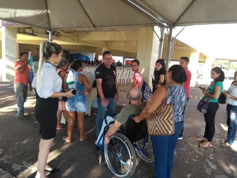 Idosos e pessoas com deficiência física tiveram atendimento prioritário (Foto: Toni Francis/G1)
