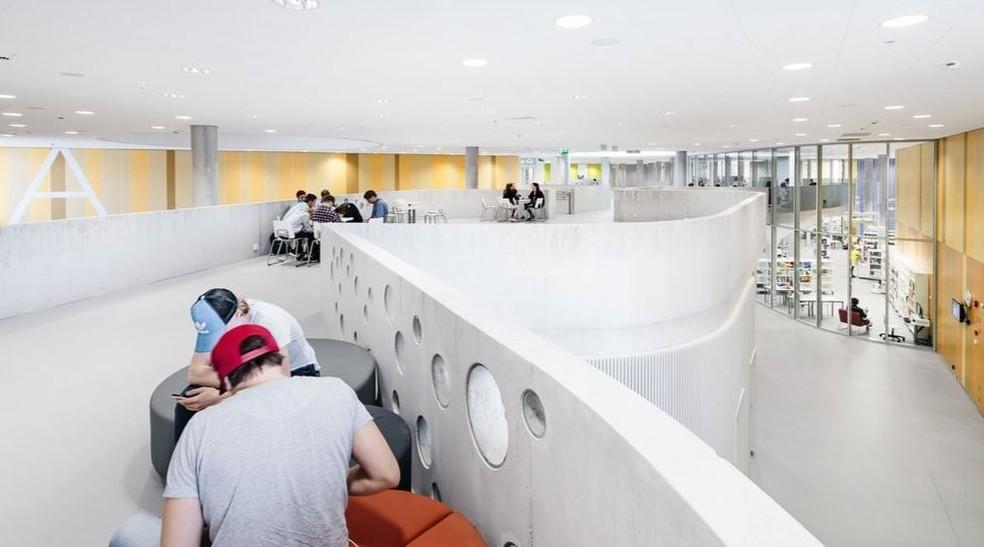 Mobiliário passa a incluir sofás e pufes em vez de tradicionais carteiras (Foto: Kuvatoimisto Kuvio )