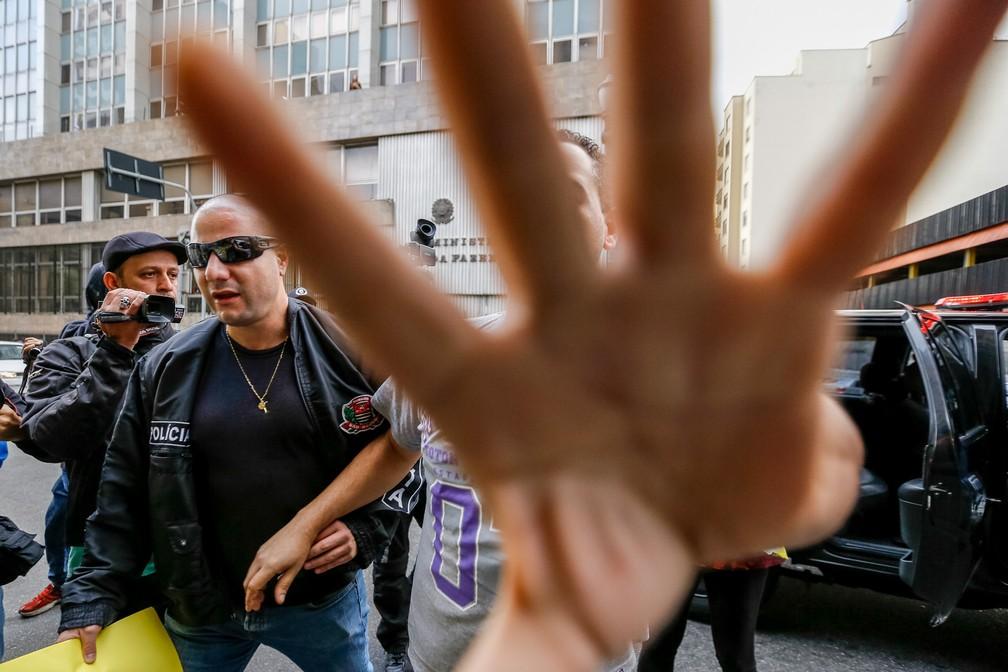 -  Suspeitos são levados por policiais durante operação contra pornografia infantil em São Paulo. Mais de 100 pessoas foram presas em todo o país até o