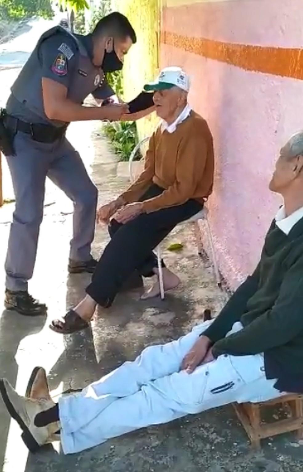 Policial coloca máscara em idoso em bairro de Araçatuba — Foto: Arquivo Pessoal