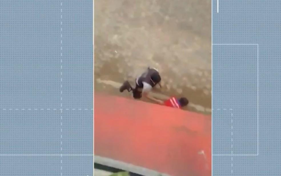 PM agride homem em Itacaré, no sul da Bahia — Foto: Divulgação/ TV Santa Cruz