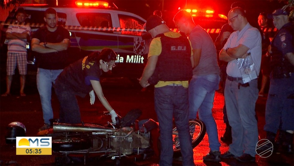 Polícia no local onde suspeitos foram mortos — Foto: Reprodução/TV Morena