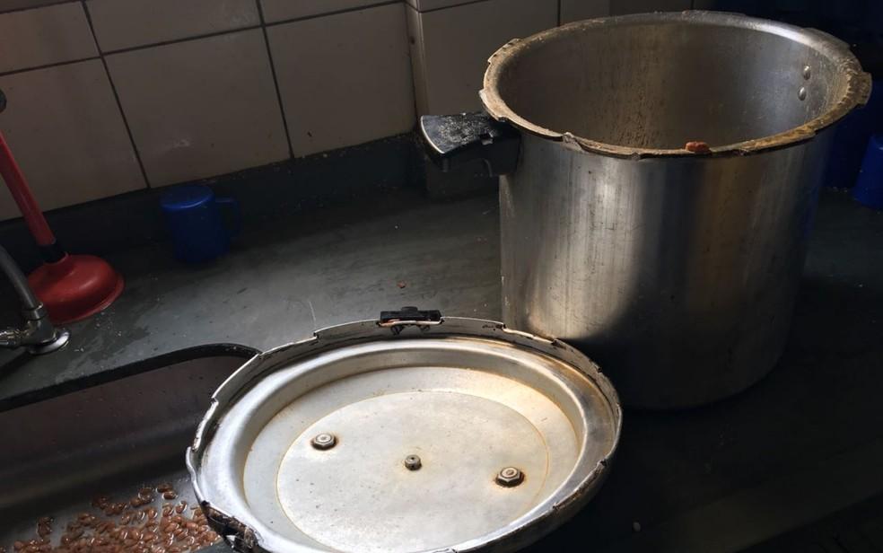 Panela de pressão explodiu dentro da cozinha da escola, em Aparecida de Goiânia, Goiás (Foto: TV Anhanguera/Reprodução)