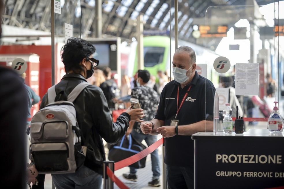 Passageiro segura seu telefone com o 'passaporte verde' em posto de controle na estação ferroviária Stazione Centrale de Milão, na Itália, em 1º de setembro de 2021 — Foto: Claudio Furlan/LaPresse via AP